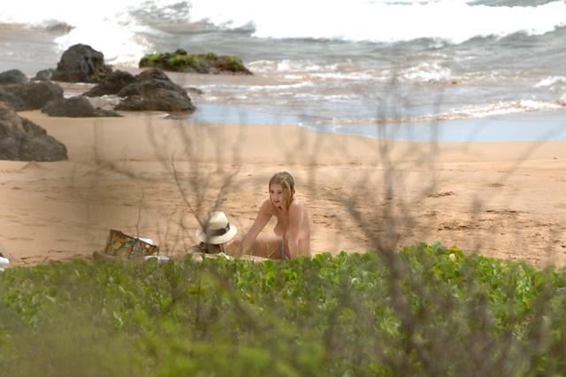 Актриса Эшли Бенсон не стесняется отдыхать топлес на Гавайях