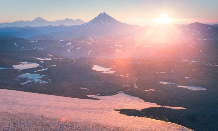 Рассвет над сопкой Вилючинская (2175 метров). Вид с кратера вулкана Горелый.