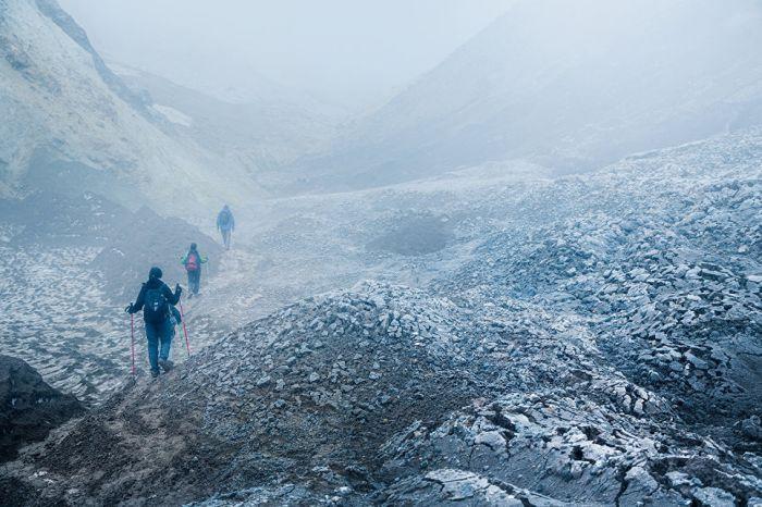 Подъем на вулкан Мутновский - один из самых захватывающих маршрутов. В процессе восхождения туристы словно оказываются на другой планете.