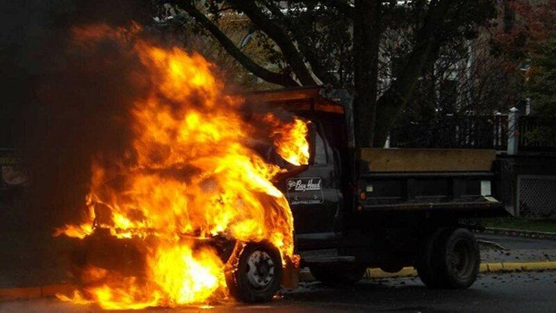 Три автомобиля сгорели на Ленинградском проспекте в Москве