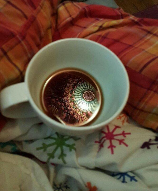 Гобелен над кроватью отражается в утреннем кофе