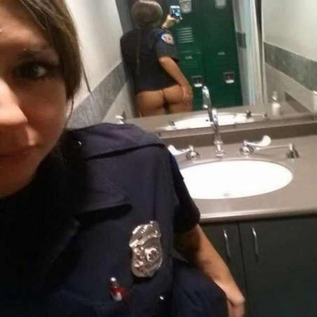 Офицер, кажется вы забыли надеть штаны! А впрочем так даже лучше...