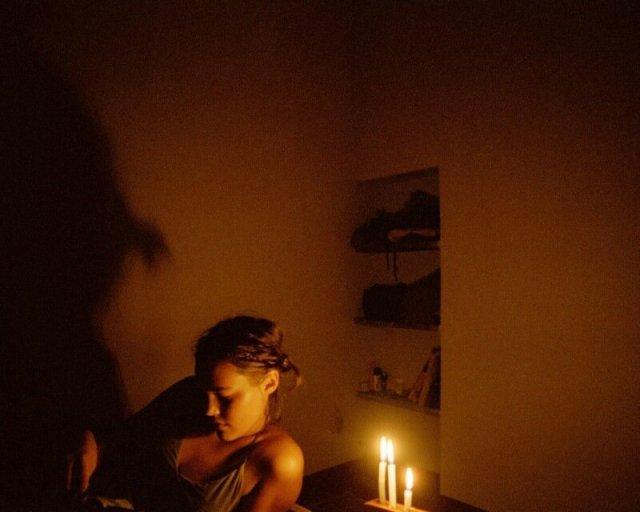 История романа и конфликта между фотографом и девушкой добровольцем
