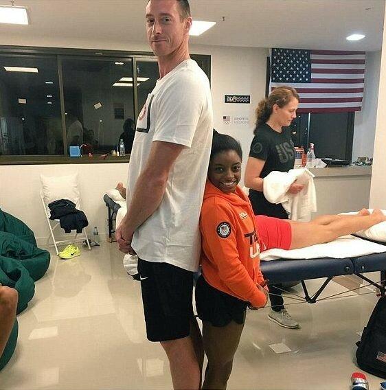 Американская гимнастка Симона Байлз демонстрирует контраст, но уверяет, что рост не имеет значения и все зависит от твоего вида спорта.
