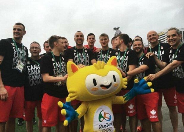 Сборная Канады и олимпийский талисман.