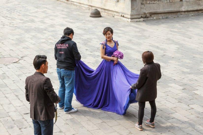Женщина в синем платье