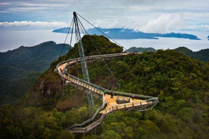 Малайзия. Кедах. Небесный мост Лангкави. Сооружение расположено на высоте 700 метров над уровнем моря. (Jim Boud)