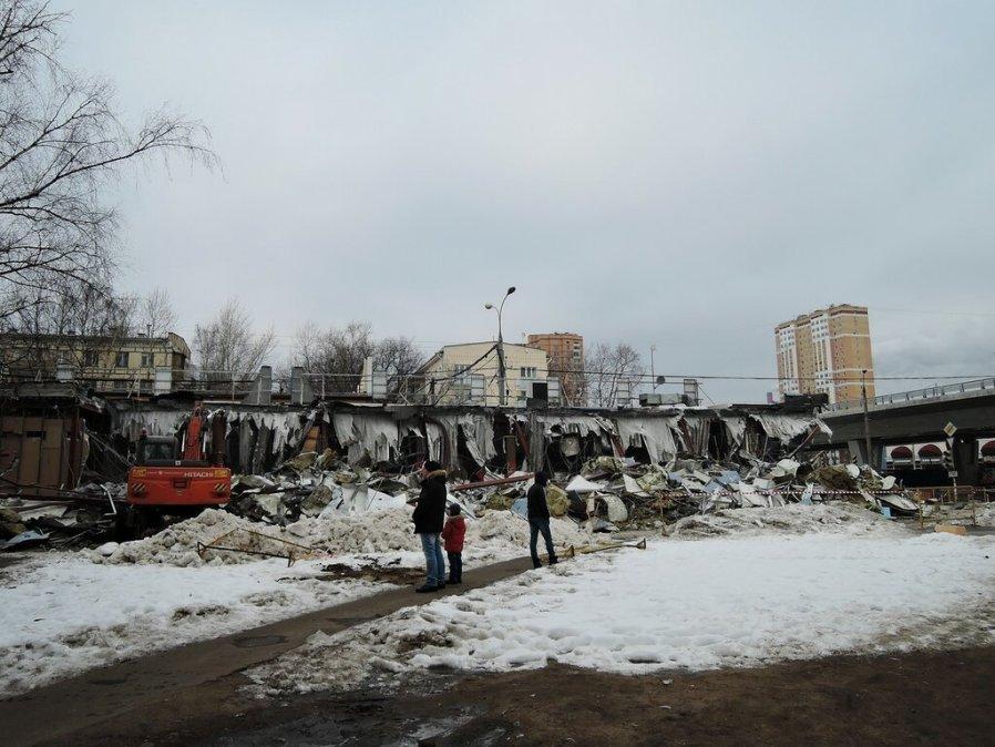 Возле станции метро Щелковская ломают торговый центр
