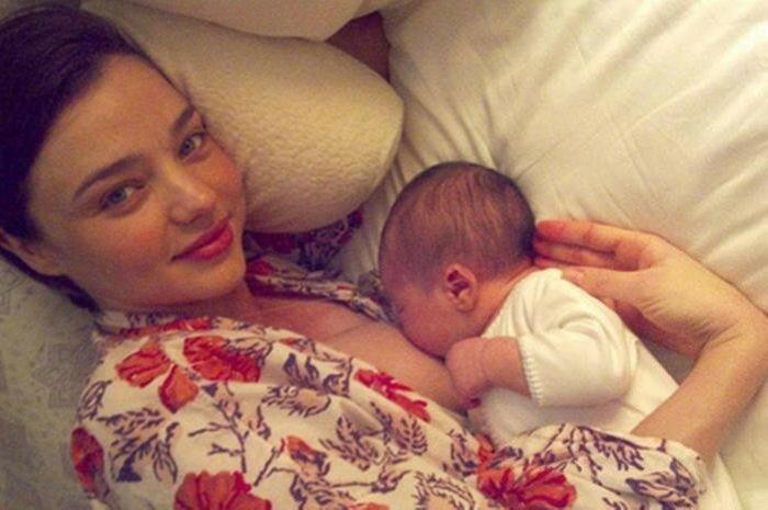 Брелфи: Селфи во время кормления грудью   новое увлечение звездных мам