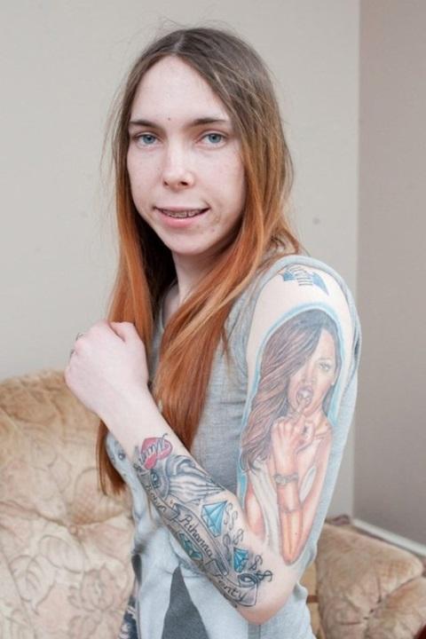 Поклонница Рианны покрыла всё тело татуировками
