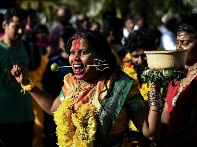 Як індуси протикають тіло на свято Тайпусам