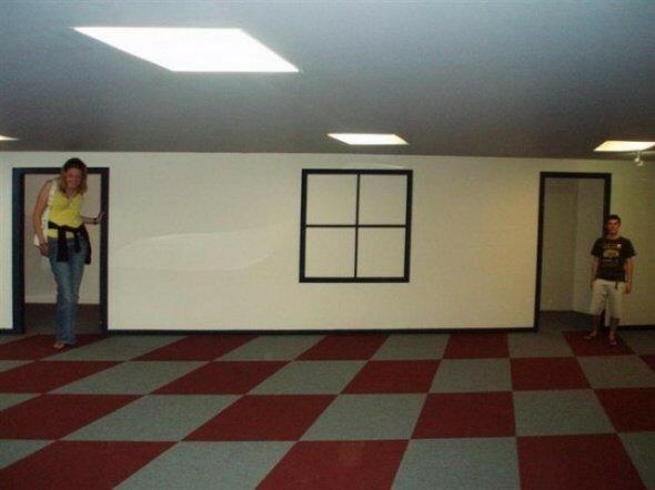 Комната Эймса, в которой люди кажутся разного роста из за иллюзии