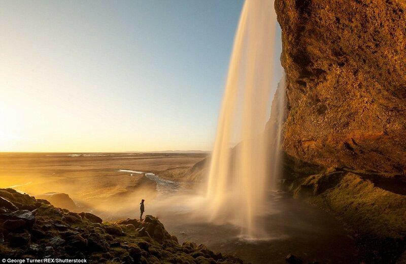 Водопад Сельяландсфосс на южном побережье Исландии в лучах заката. И хотя фотография кажется очень тёплой, температура воздуха в момент съёмки составляла -10 С.