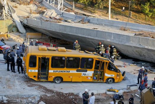 В Бразилии мост раздавил автобус с людьми