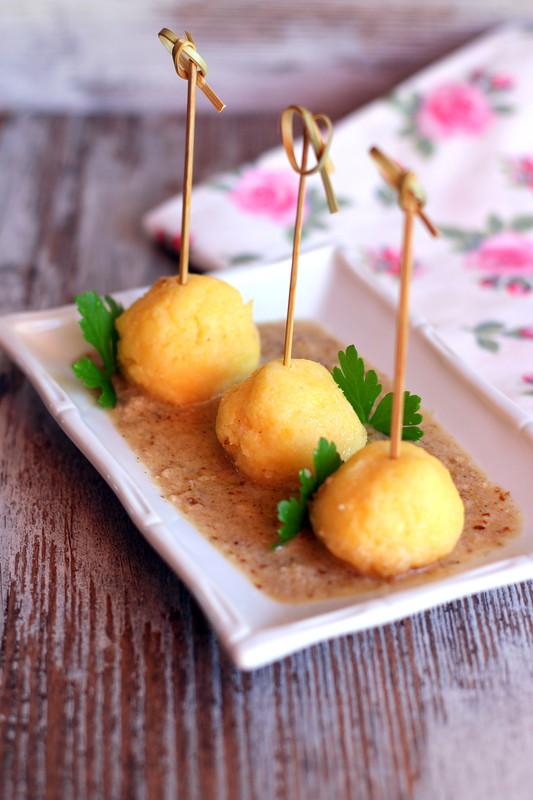 Качамак (шарики из поленты) с ореховым соусом