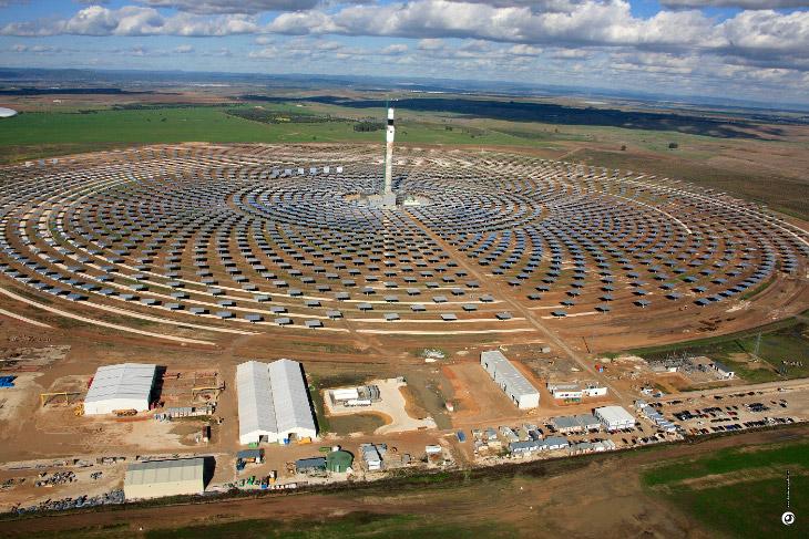 2. Выглядит солнечная электростанция Gemasolar весьма впечатляюще — башня, высотой около 200 метров,