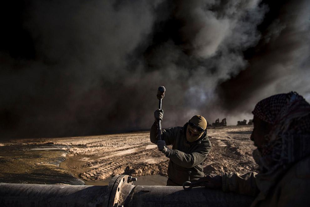 21. Почерневший от нефти иракский флаг. (Фото Goran Tomasevic   Reuters):