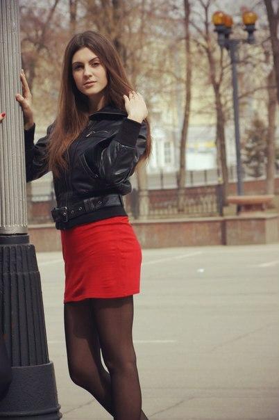 Интересная девушка в красном  платье тунике