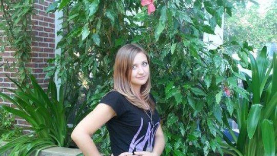 Девушка в черной футболке  и джинсах