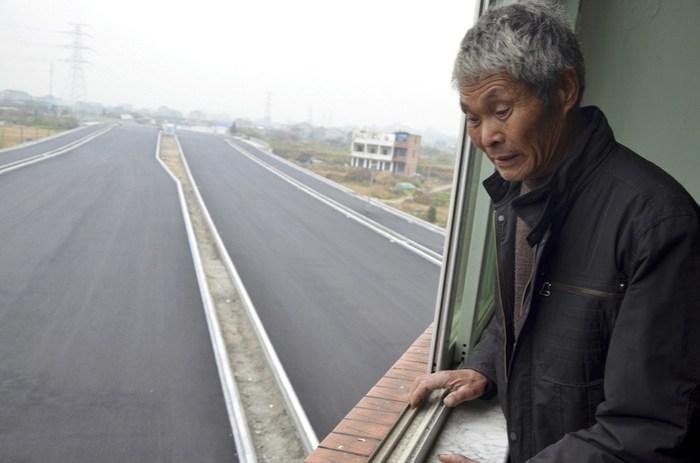 Фотографии домов посреди дороги в Китае