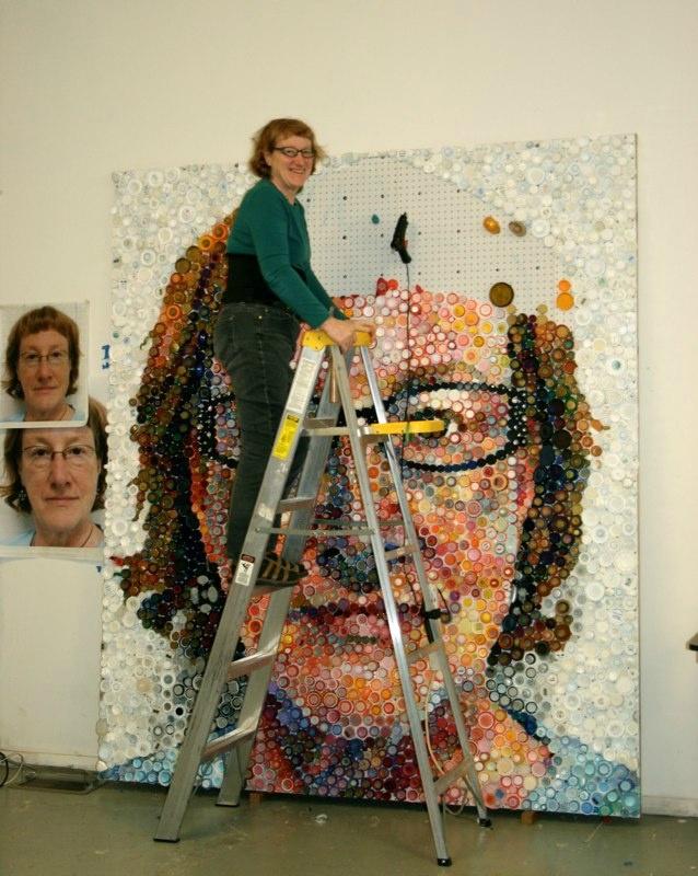 Мари Эллен Крото и картины из бутылочных крышек