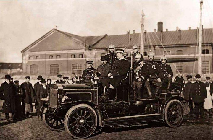 1911. Пожарные в пожарной машине системы Коммер-Кар. Санкт-Петербург.