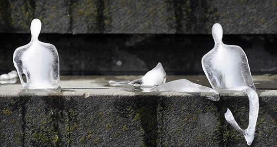 Monumento Minimo - ледяные человечки Nele Azevedo