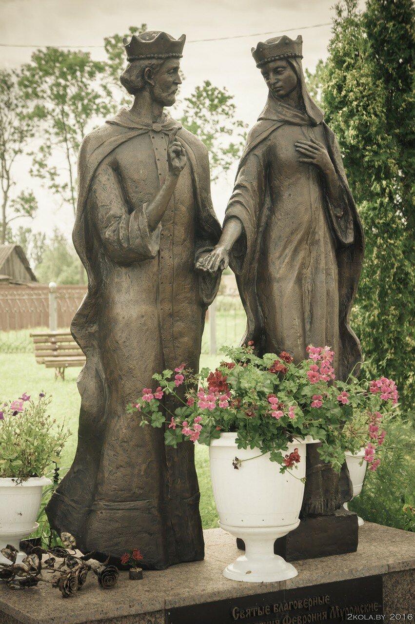 скульптуры св. Петру и Февронии