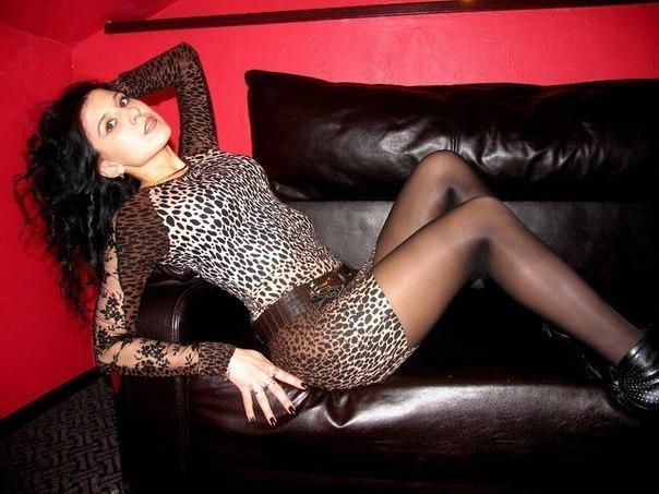 Кучерявая брюнетка в леопардовом платье