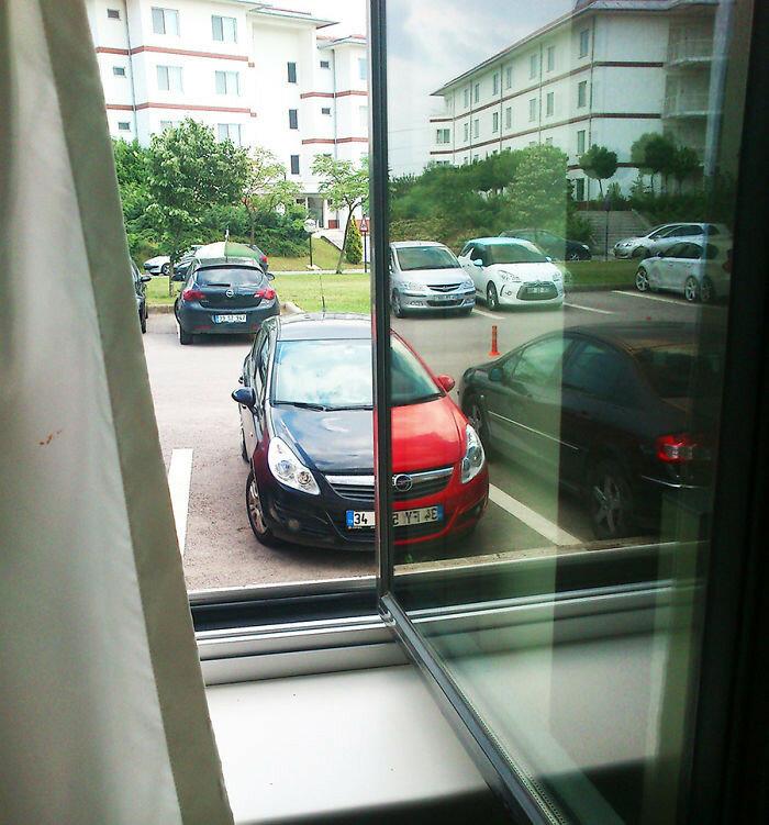 Отражение идеально сочетающегося автомобиля