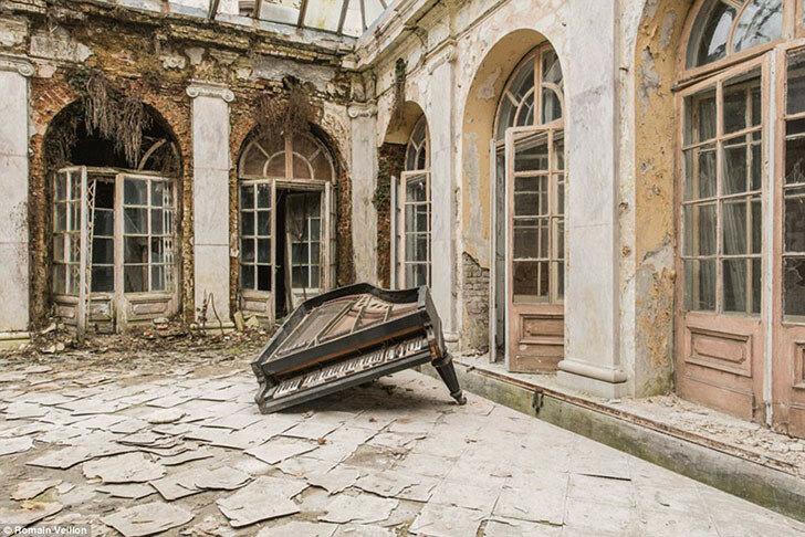 Пыльный одноногий рояль в полуразрушенном здании в Польше.
