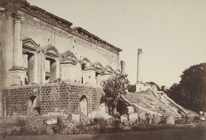 Another angle of Bank of Delhi building. The street fights between Indian warriors with the British colonialists.     Image source & courtesy - prophotos-ru.livejournal.com     Click for larger image.