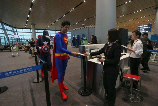 Супермен, Человек паук и Капитан Америка в аэропорту