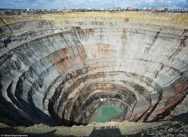 """Этот алмазный карьер в городе Мирный (Якутия, Россия) является вторым по величине техногенным, то есть сделанным человеком, отверстием на планете. Карьер """"Мир"""" был закрыт в 2001 году. К этому моменту он достигал 525 метров в глубину и более 1200 метров в ширину."""