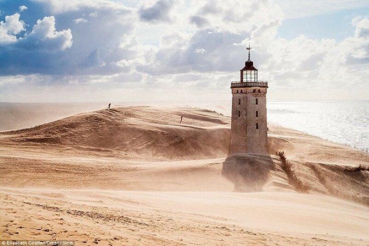 Старый маяк Rubjerg Knude в Дании построен еще в начале 1900-х, но прекратил работу в 1968 году. Ожидается, что к 2023 году эрозия береговой линии и зыбучие пески приведут к тому, что маяк рухнет в море.