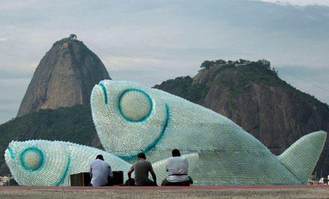 Гигантские скульптуры рыб из пластиковых бутылок на пляже Рио де Жанейро