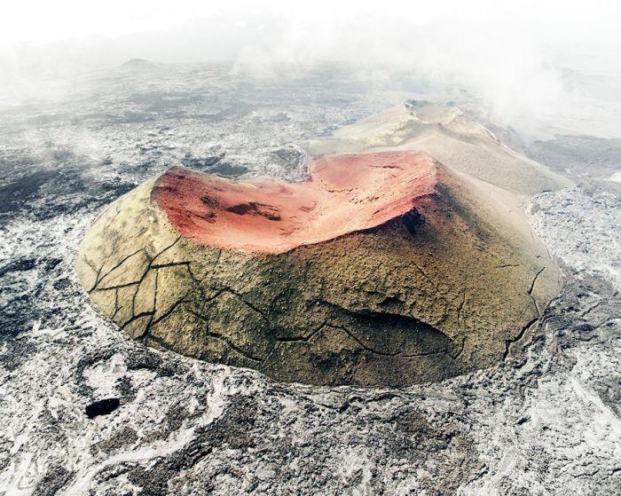 Покрытые мхом кратеры в окружении лавовых полей, образовавшихся в результате большого извержения вулкана Толбачик в 2013 году.