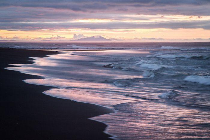 Широкий тихоокеанский прибой набегает на гладкий песок Халатырского пляжа.