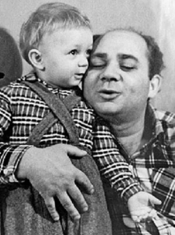 Евгений Леонов обнимает сынишку