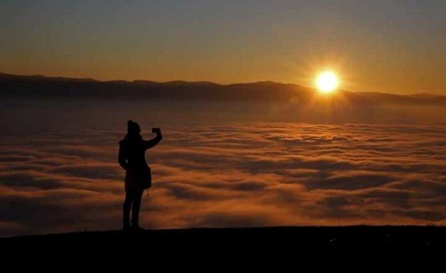 Красива панорама на хмари над Сметовими горами