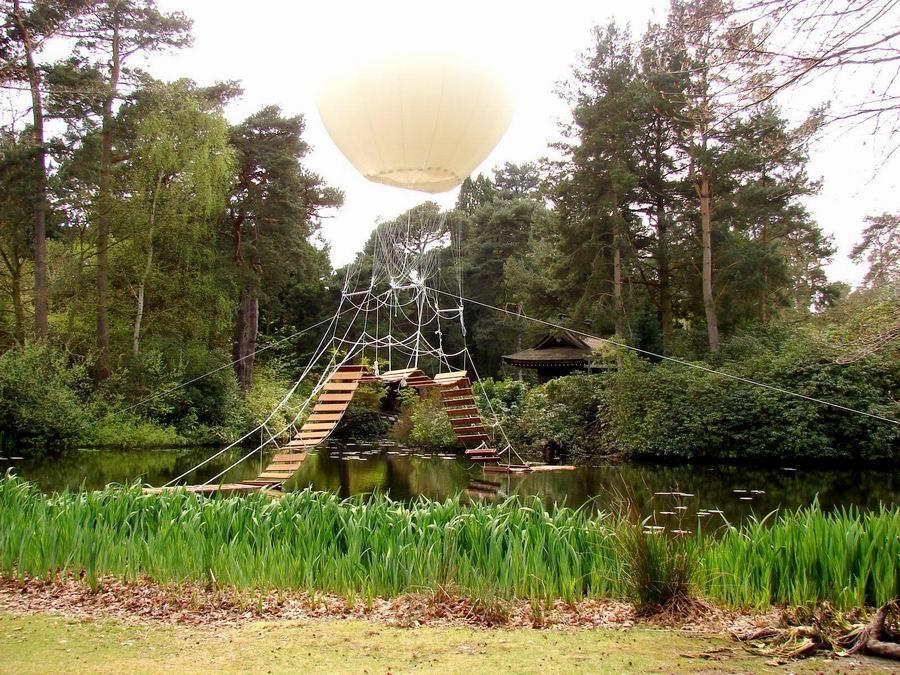 Парящий мост в японском саду. Tatton Park Biennial 2012. Великобритания. Графство Чешир