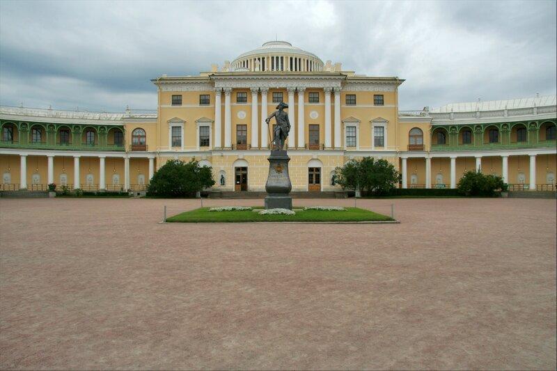 Павловский дворец и памятник императору Павлу I