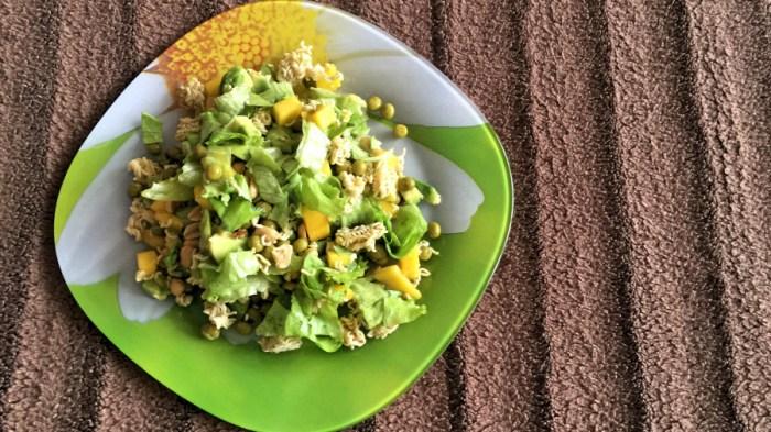 Салат с манго и хрустящей лапшой