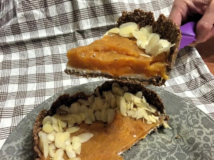 Диетический пирог с творожным кремом и хурмой