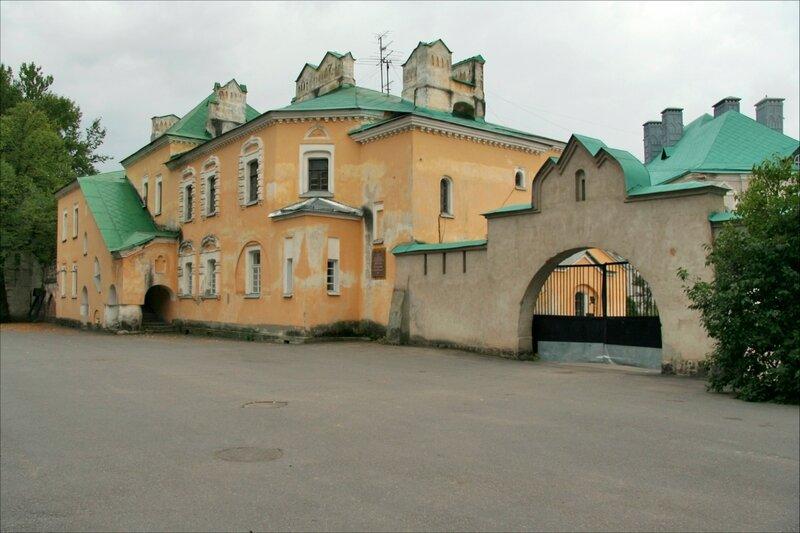 Федоровский городок, Желтая палата,Служебные ворота