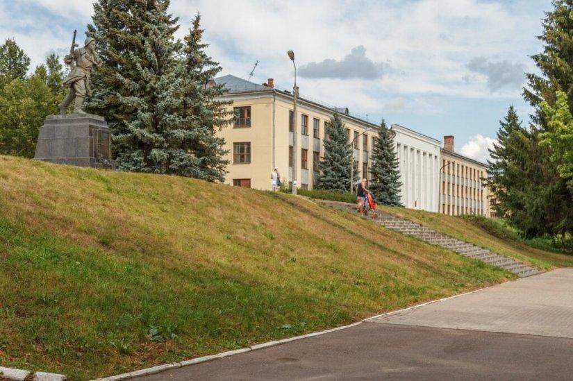 Памятник Александру Матросову и Великолукская ГСХА