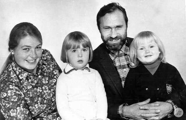 Лидия Федосеева-Шукшина и Василий Шукшин со своими дочерьми Машей и Олей