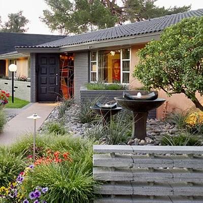 Японский сад в палисаднике перед домом