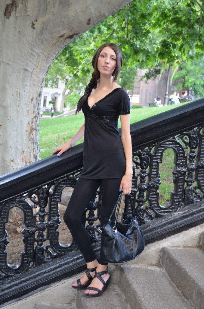 Девчонка с косой в черной тунике и леггинсах
