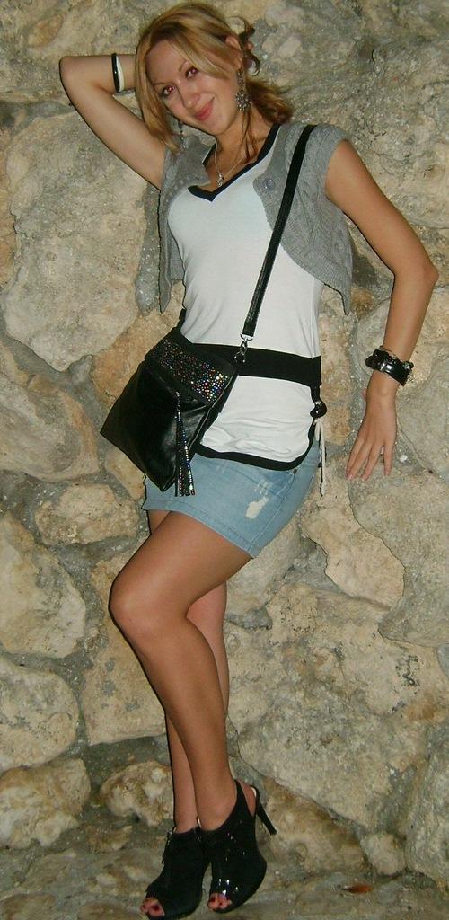 Девчонка в белом топике и джинсовой юбке